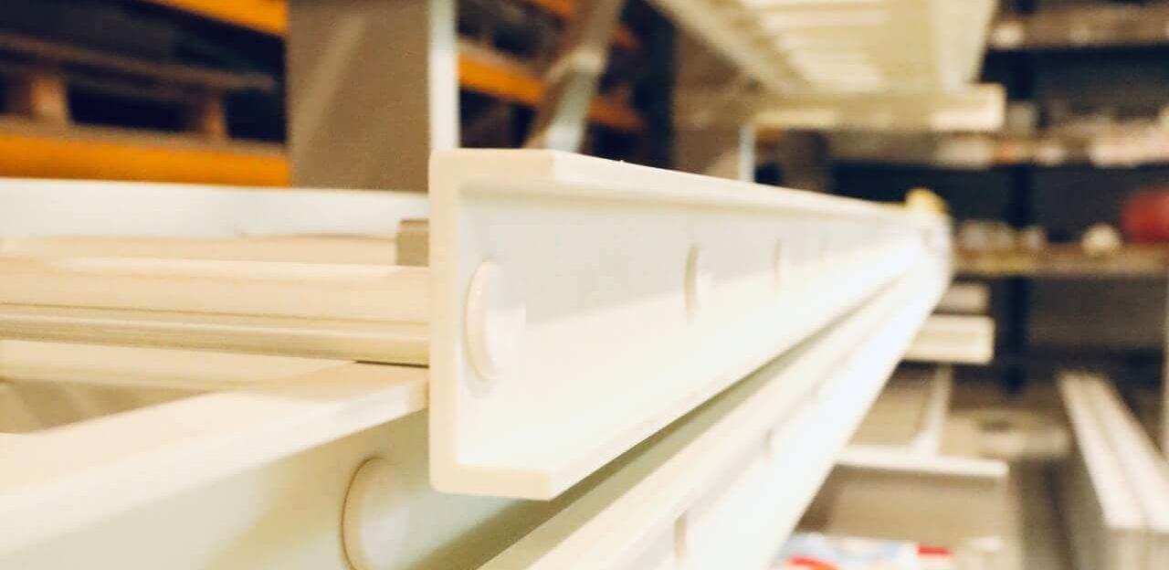 échelle composite blanche renforcée dans notre atelier