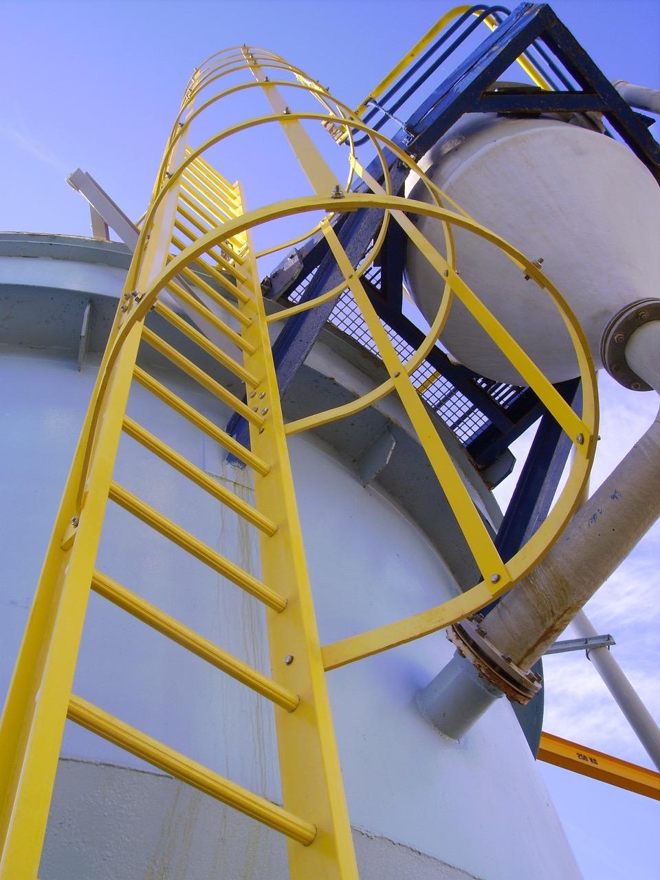 Une échelle polyester jaune le long d'une cuve