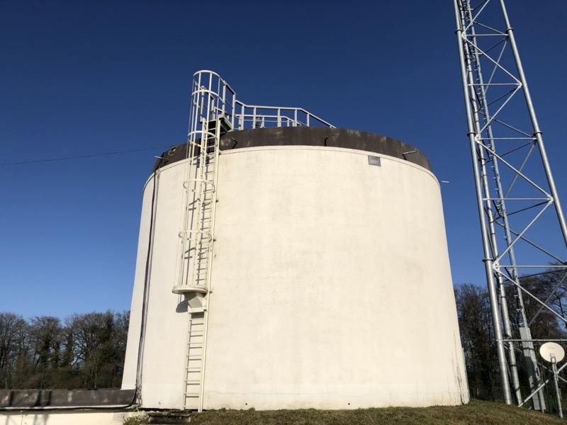 échelle polyester blanche le long d'un réservoir d'eau potable